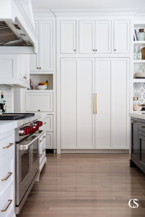This kitchen cabinet design utilizes shaker front cabinet doors for a simple, clean, and classic look.