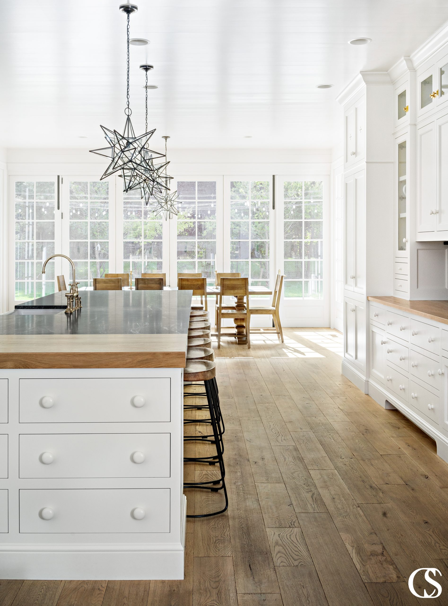 The key to the best built-in custom kitchen design is making what looks good fuse with what function and organization—for each individual homeowner.