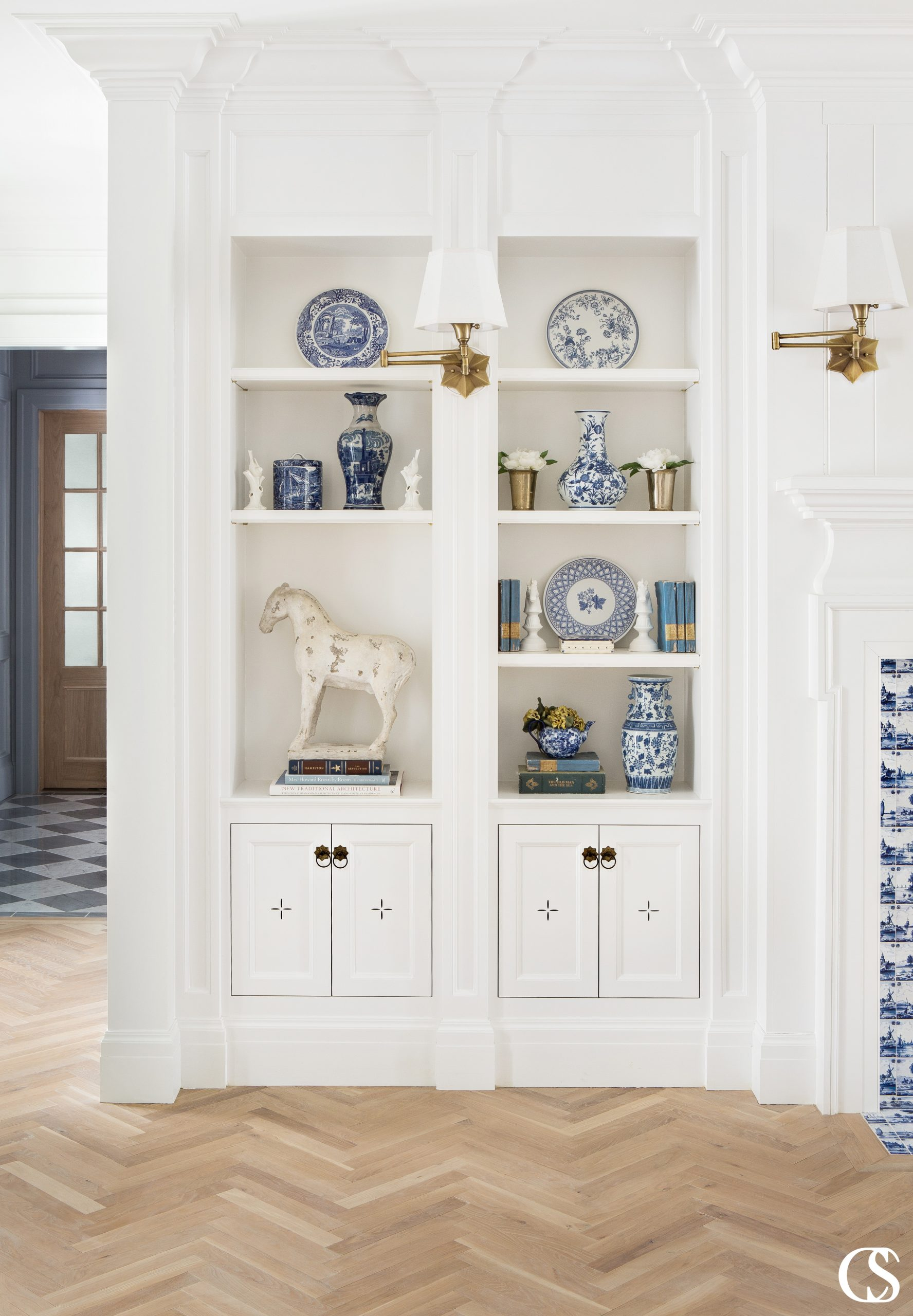 The best built in custom cabinets include a 100% unique design to fit your living space and are based on your aesthetic and functional needs.
