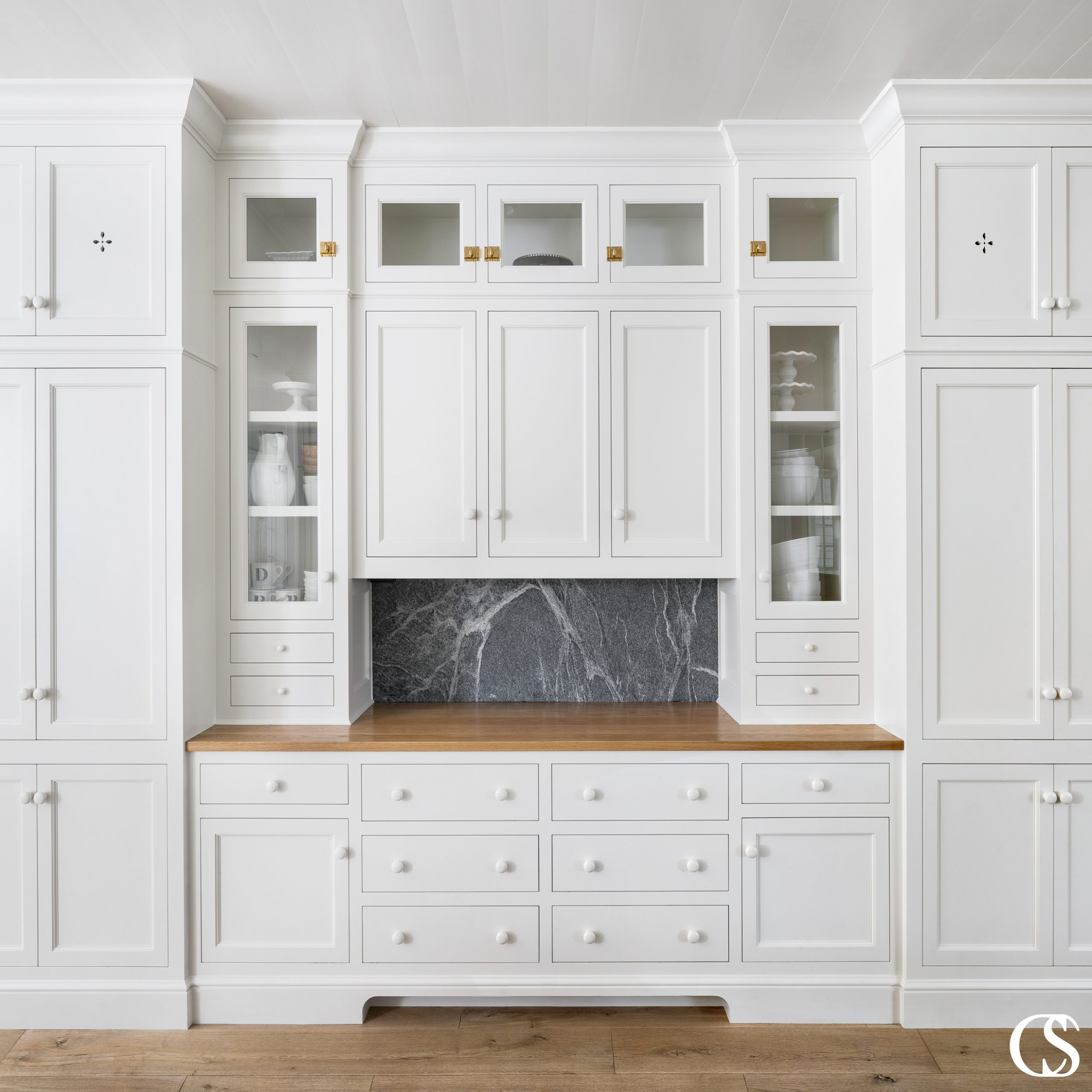 It's both the structure and design details that make for the best custom cabinets for your kitchen. With several sizes of drawers and cupboards, multiple door designs and hardware types, this white kitchen cabinet has everything you'd ever need to satisfy both.