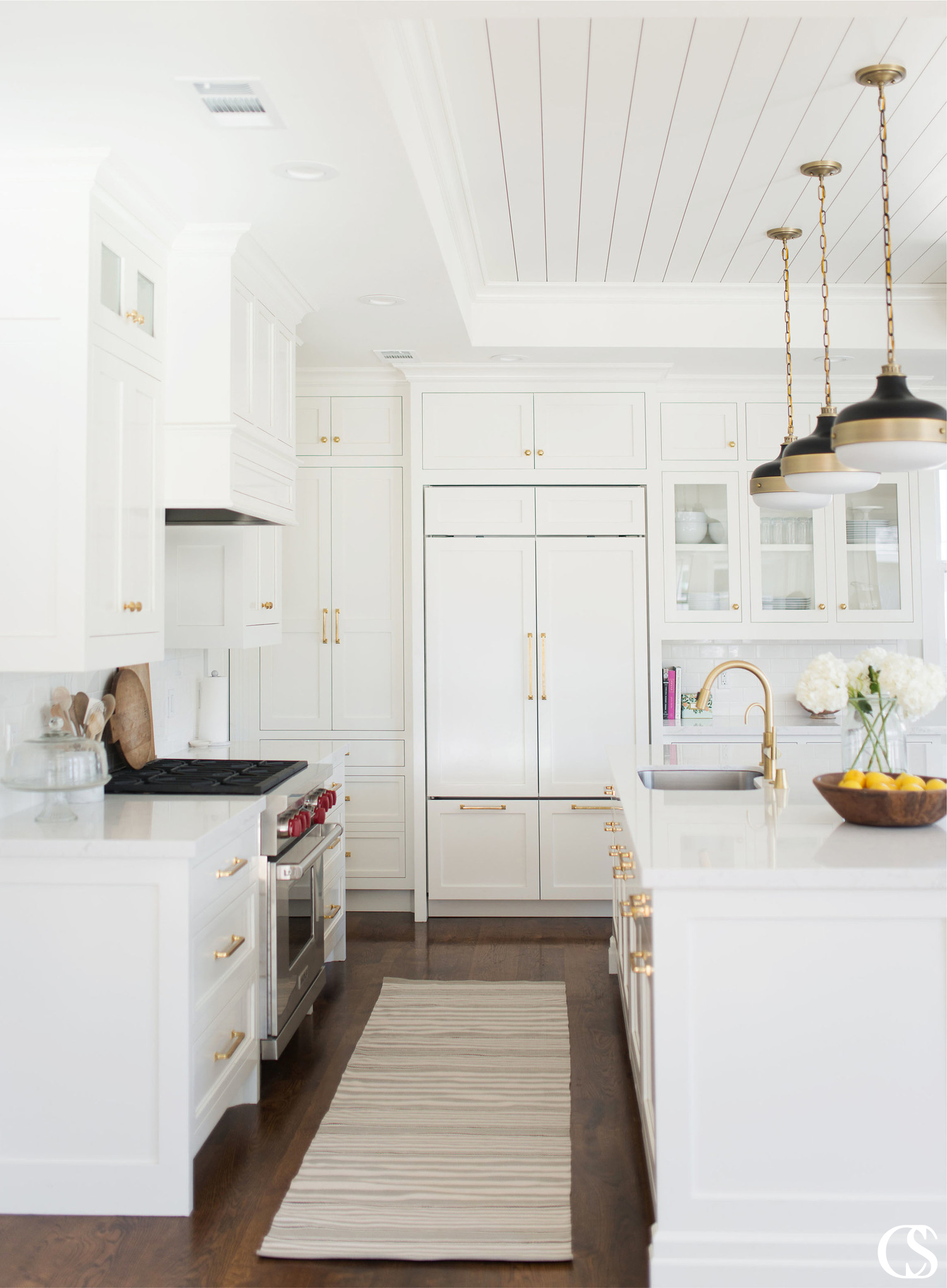How do you make the best white kitchen cabinet design unique? One great way is to add hardware that pops but that visually leads your eye through the space to each beautiful piece of built-in cabinetry.
