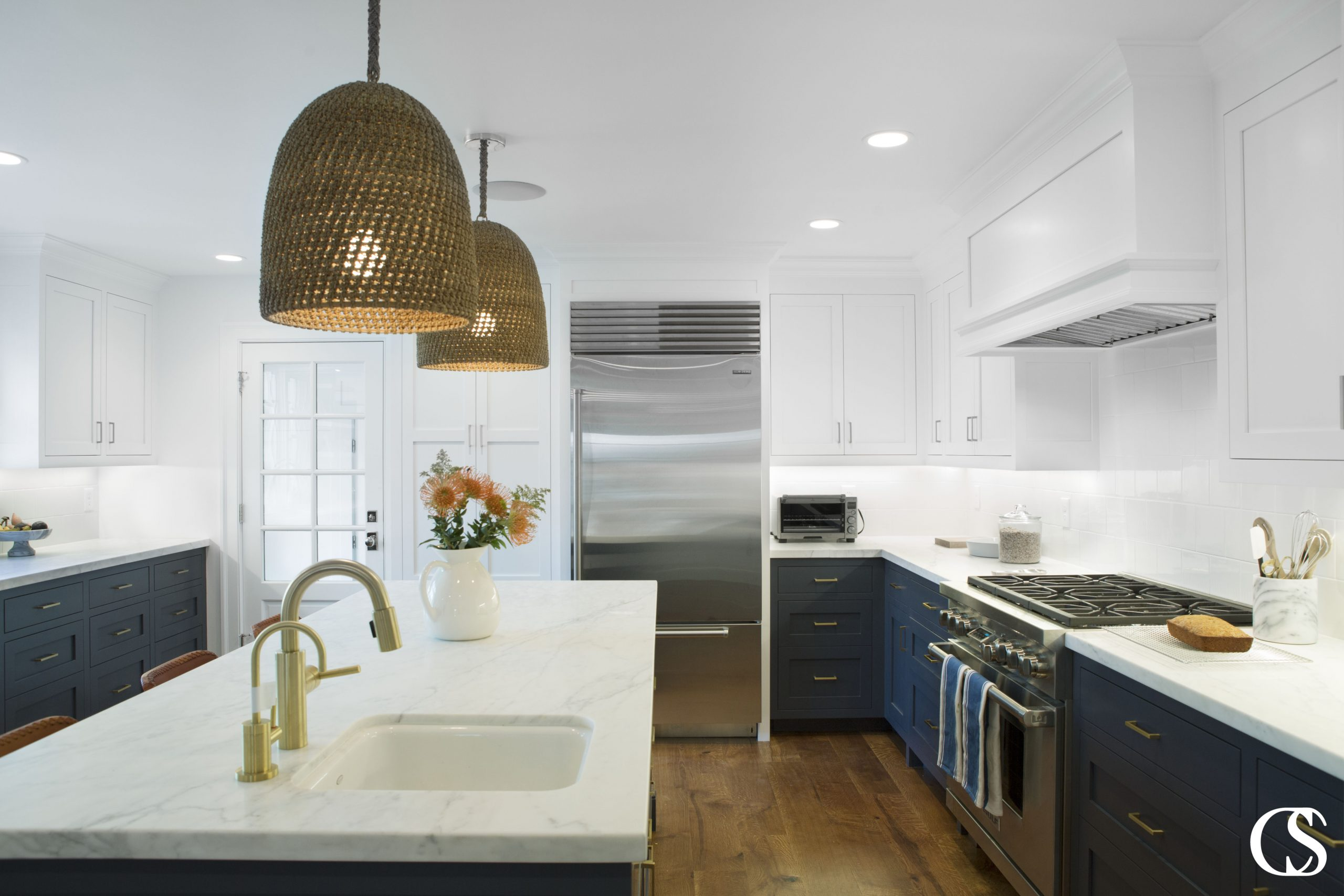 These custom kitchen cabinets combine shaker style doors and flat slab drawers to stick with a clean line design without falling into a boring trap.