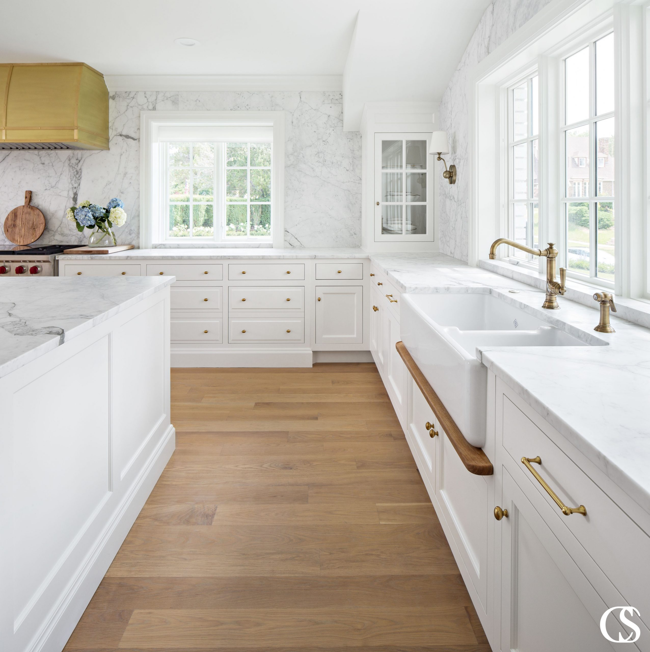 Kitchen design idea: A large island is the prefect way to make the best use of space in a large white kitchen like this.