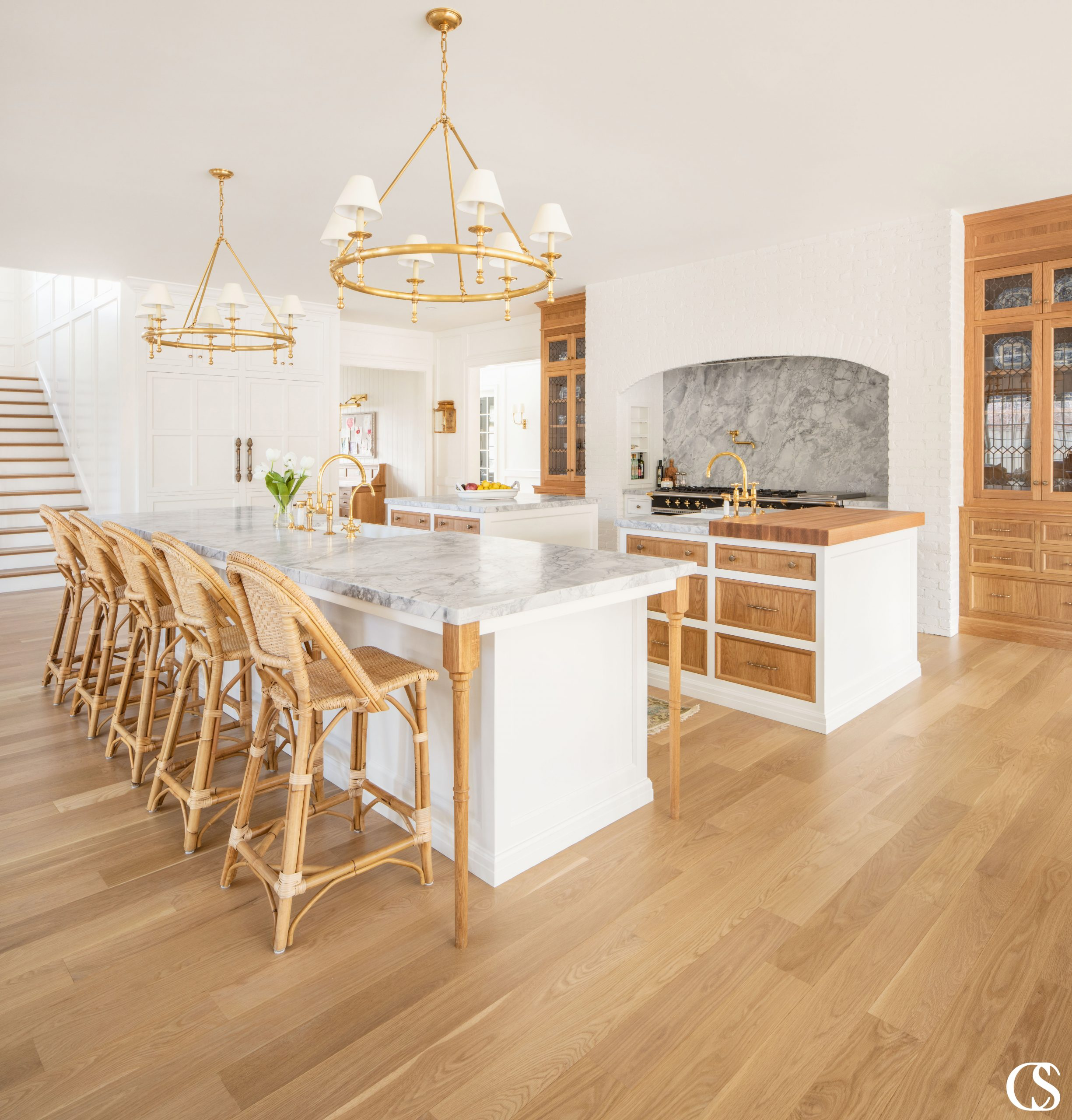 Custom kitchen cabinets are not a one-size-fits-all project. Your kitchen design should be as unique as you—and that means cabinet door fronts, materials, and hardware can all be changed up in one space to create the perfectly unique kitchen for you!